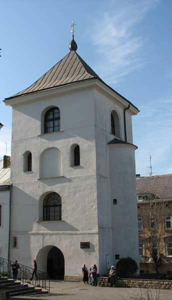 Унікальна дзвіниця при монастирі св.Онуфрія. Тут знаходиться й сучасна бібліотека