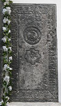 Плита при вході до храму нагадує про братські часи