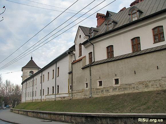 Монастир св.Онуфрія й сьогодні зовні нагадує фортецю