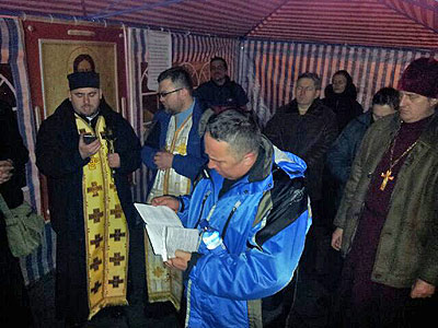 On the Kyiv Maidan Redemptorist priests of the Ukrainian Greek Catholic Church again installed a chapel.
