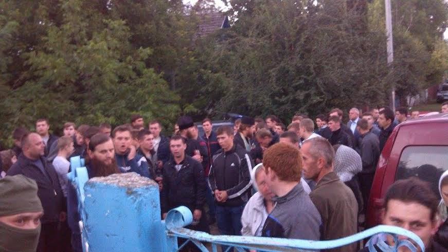 НаТернопільщині «тітушки» від УПЦМП побили навіть міліціонерів і викрали спецзасоби