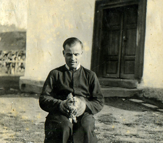 о. Діонізій Дребітко, ЧСВВ із совою в руках біля бічних дверей монастирської церкви у Бороняві, 1947 рік