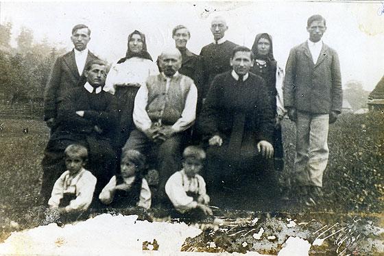 о. Йосиф Завадяк, ЧСВВ (сидить перший зліва) разом зі своєю родиною. Двоє братів о. Йосифа також були василіянами