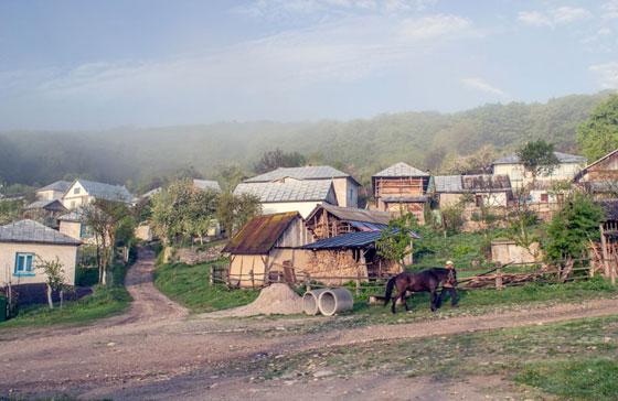 Піша частина маршруту починається від села Крутилів. Йти треба саме по дорозі, яка на передньому плані світлини