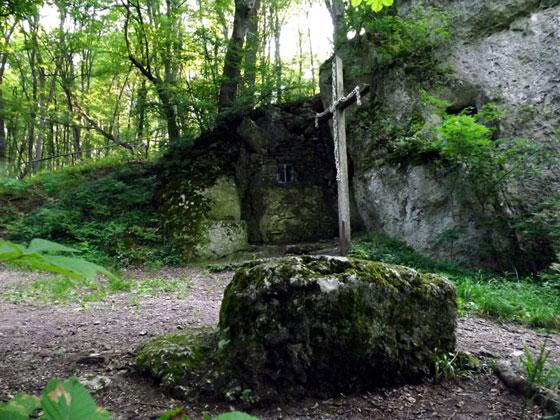 На майданчику біля печери видно прямокутну каменюку — вірогідно один з прадавніх вівтарів