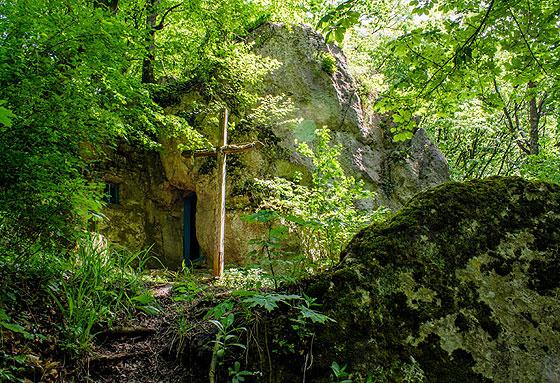 Хрест перед печерою Відлюдника