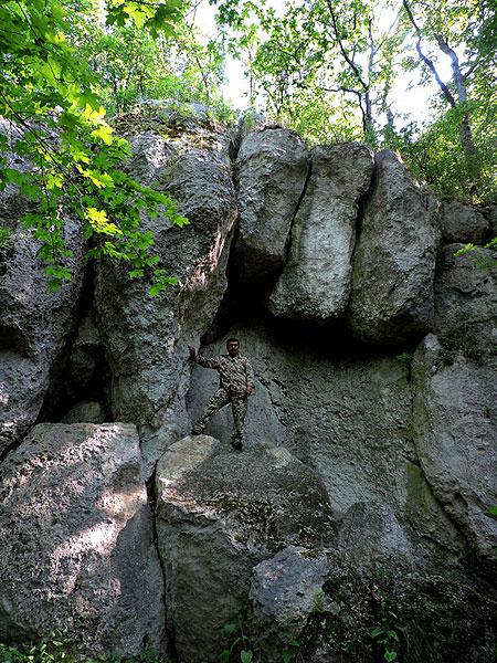 Микола Рубанець, вважає, що три брили зверху та плоскі мегаліти, на яких він стоїть — то справа людських рук, а не природне утворення