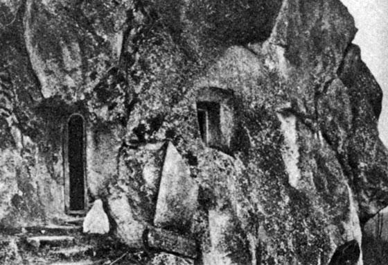Печера Відлюдника. Світлина початку ХХ ст. Біля входу встановлено верхню половину фігури св. Онуфрія