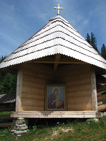 Довкола монастиря є три каплиці з відомими іконами