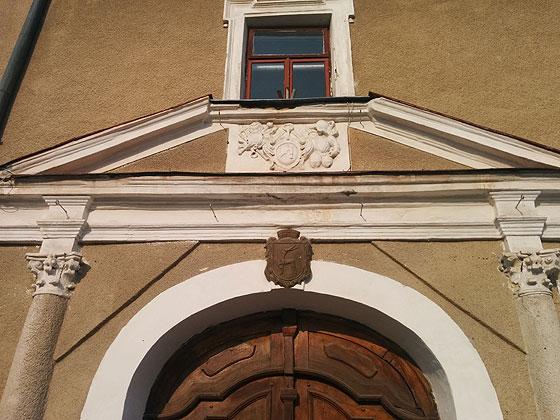 Герби над входом до ратуші
