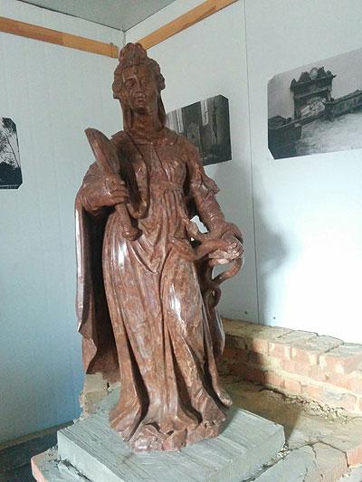 Бережанський замок, відреставрована скульптура з надгробку Синявського