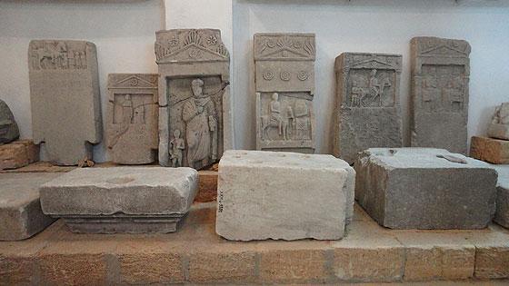 Античні жертовники (перший ряд) та надгробки