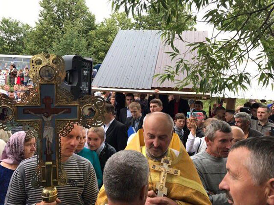 священик Анатолій Литвин на чолі групи мирян