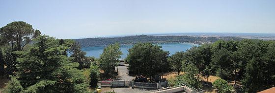 Панорама озера Альбано біля студитського монастиря у Кастель-Гандольфо