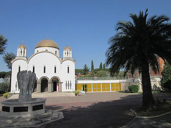 Собор Святої Софії у Римі, збудований Йосифом Сліпим у 1967-1969 роках. На передньому плані зліва розташована фігура Уґо Маццеі «Три ангели»