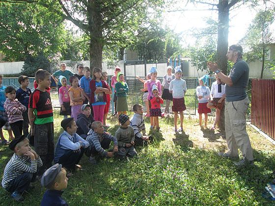 Діти «кашкетників» — учасники християнського молодіжного табору у селі Набережна