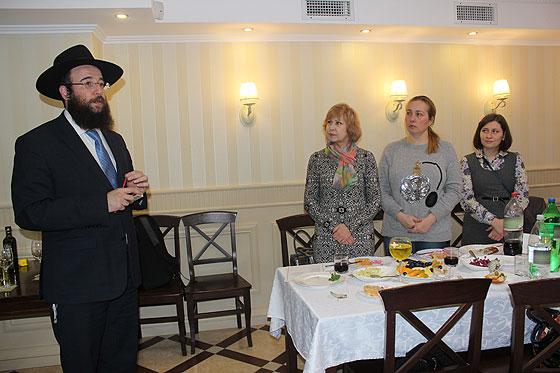 головний рабин Чернівецької області Менахем Мендель Гліцнштейн запалив чергову ханукальну свічку і прочитав молитву