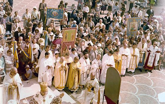01. Отець Любомир Гузар бере участь у відправі біля собору Святої Софії в Римі, середина 1970-х років.