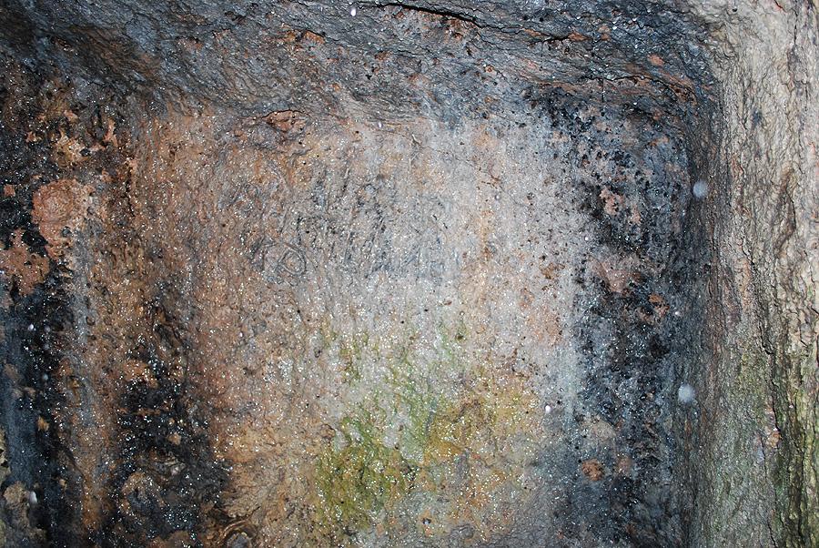 Напис на західній стіні скельного храму біля села Стінка