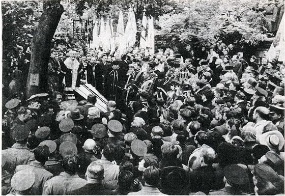 фото з похорону о. Гавриїла, де видно, що на передньому плані багато представників міліції