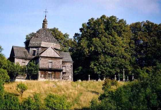 Церква Святого Архистратига Михаїла (дерев'яний храм XVIII cт., що згорів у 2006 році). Джерело: wikimapia.org