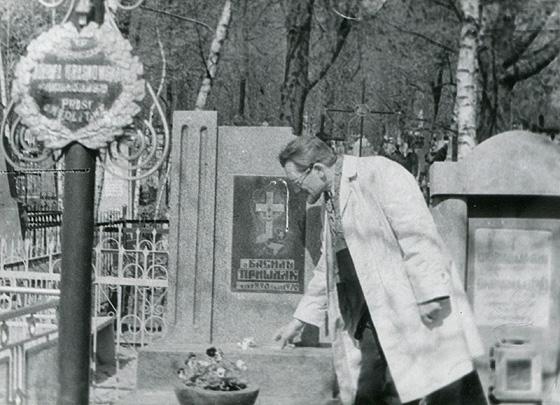 Жданомир Пришляк на могилі батька. Світлина надана головою громадського об'єднання «Підгірці-Шолом» Ігорем Євгеновичем Кавичем
