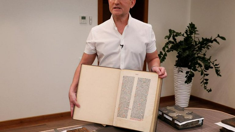 Viktor Medvedchuk with the Bible - фото 1