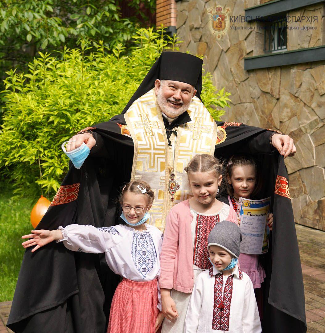 Діти завжди відчувають щирість. На святкуванні завершення навчального року у Католицькій школі в Києві