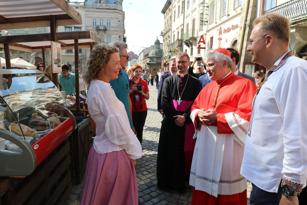 Vatican's cardinal paid tribute to the Heroes of the Heavenly Hundred in Lviv and laid the first stone of a Shelter for Single Women - фото 53689