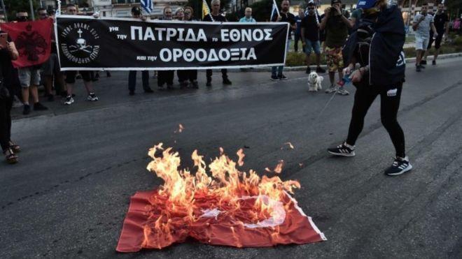 На акции протеста в Салониках сожгли турецкий флаг - фото 55303