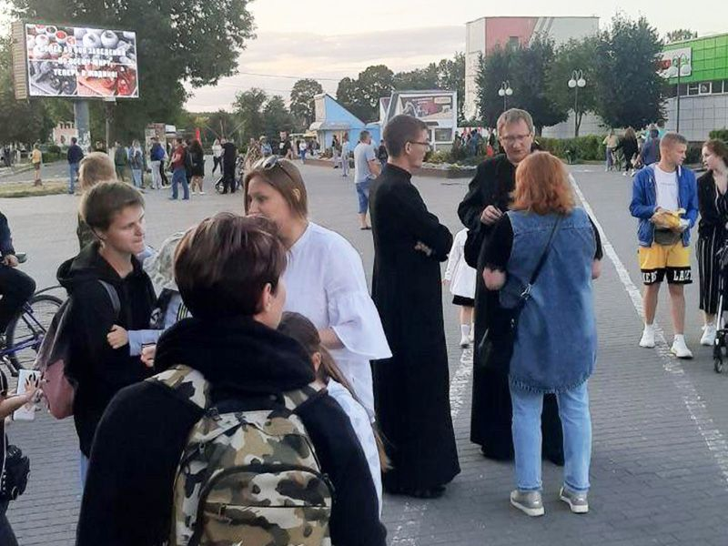 Catholic priests in the city of Zhodino took to the streets along with protesters - фото 57124