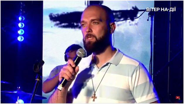 Падре Серж на молитві на фестивалі Вітер На-Дії