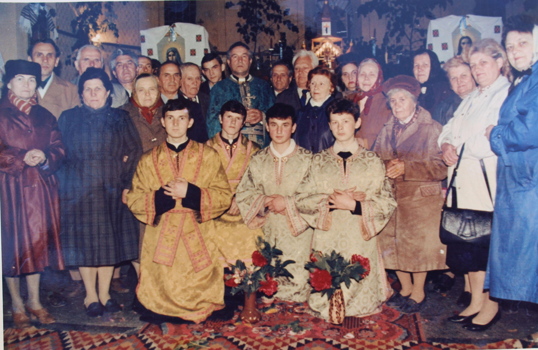 Настоятель церкви Успіння отець Михайло Косило з парафіянами