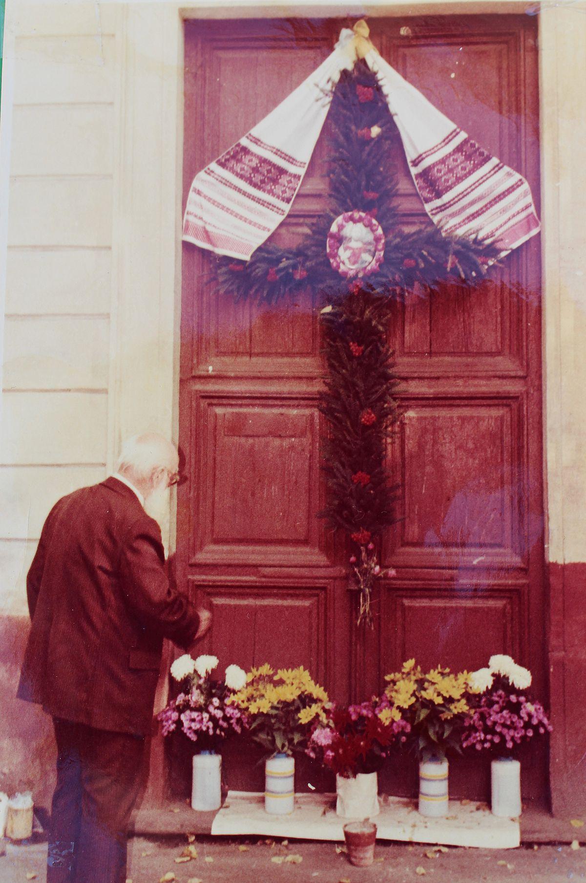 Перший голова церковного комітету Олександр Бручковський перед зачиненими дверима церкви