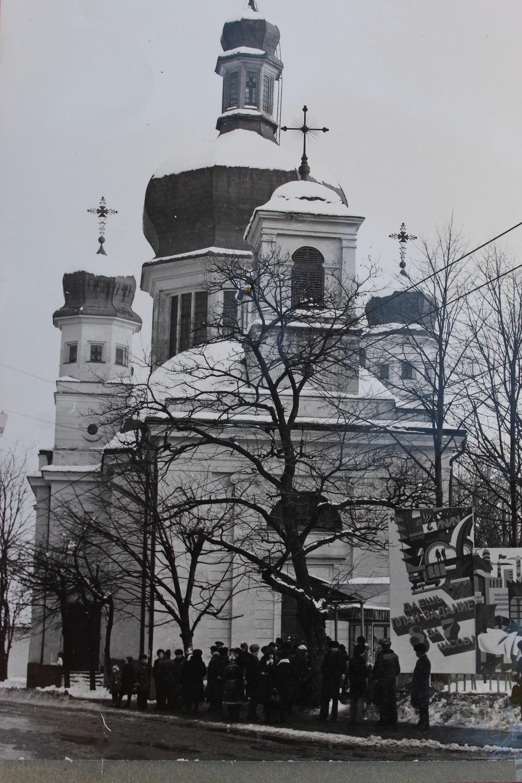Нині катедральний собор Успіння Пресвятої Богородиці УГКЦ м. Чернівці. Зима 1990 року, ще радянська вивіска 'Дайош план-задание 8 за 7 часов'