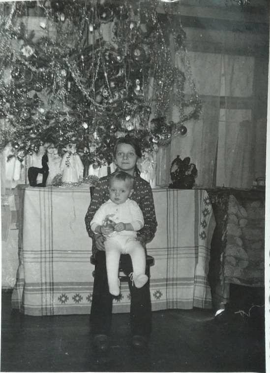 З сестрою Людмилою біля ялинки