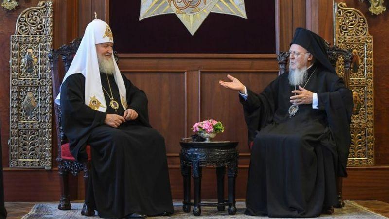 Відносини між двома центрами світового православ'я наразі розірвані. Сербська церква традиційно вважається близькою до РПЦ, але відносин з Константинополем слідом за Москвою не розриває - фото 67314