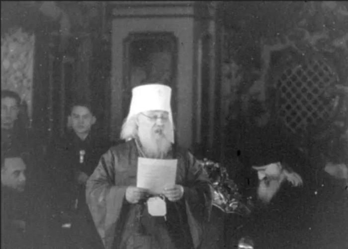 Екзарх України Іоан зачитує учасникам Собору телеграму Патріарха московського і всієї Русі Алексія. 9 березня 1946 року