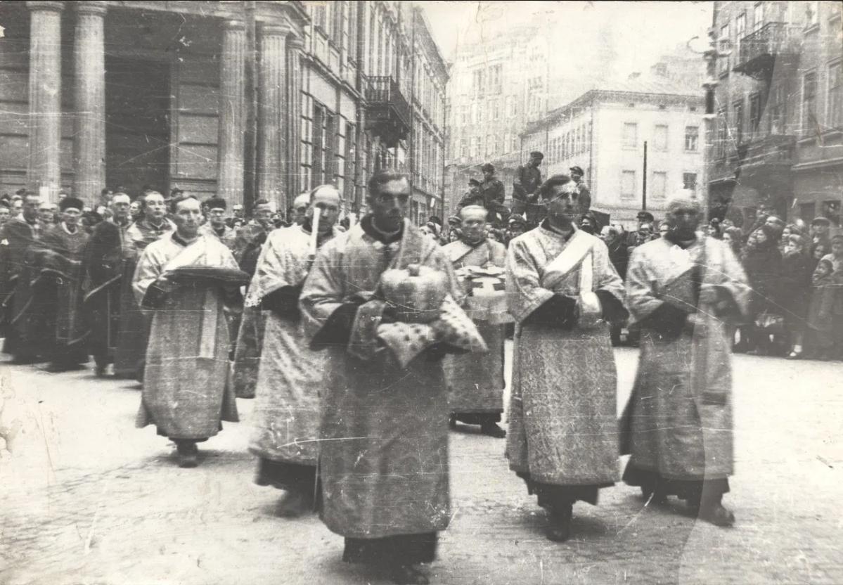 Прощання з митрополитом Андреєм Шептицьким. Похоронна процесія на вулицях Львова. 5 листопада 1944 року