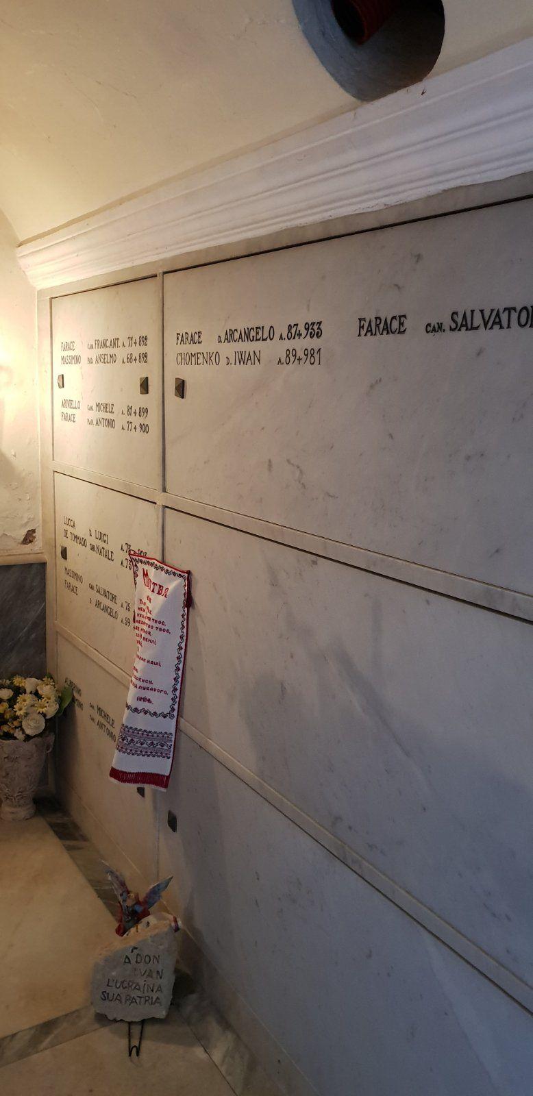 Могила о. Івана Хоменка в церкві на о. Капрі із вишитим рушником - фото 70542