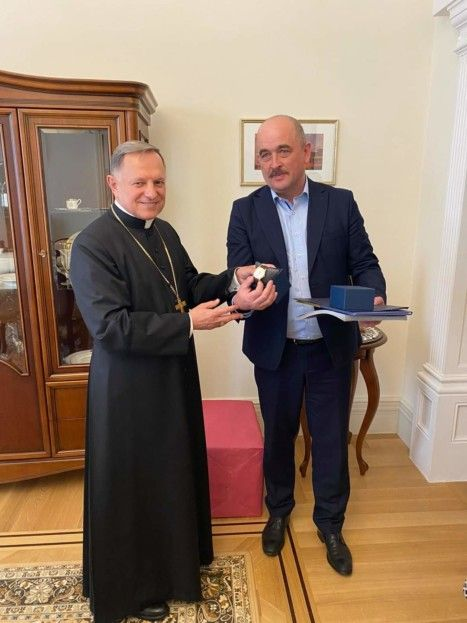 RCC Metropolitan of Lviv was gifted a custom-engraved watch by the chairman of the Ternopil Regional State Administration - фото 70932