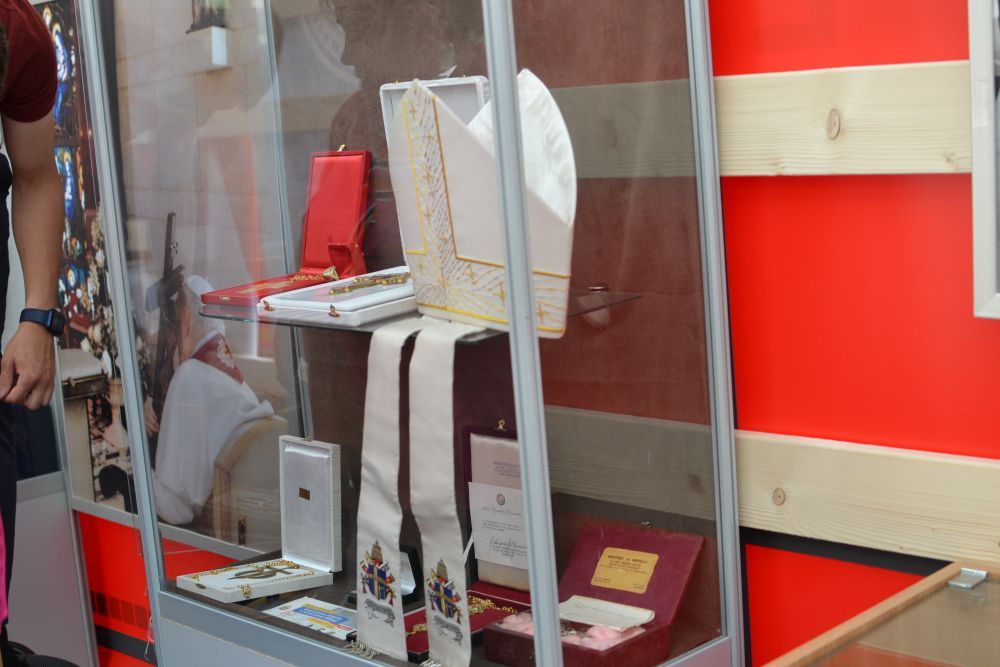 A unique mobile museum with personal belongings of St John Paul II opens in Lviv - фото 74629
