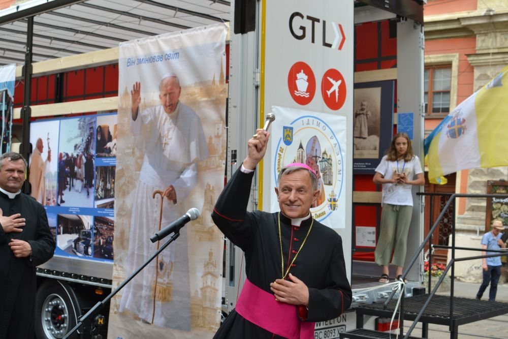 A unique mobile museum with personal belongings of St John Paul II opens in Lviv - фото 74630