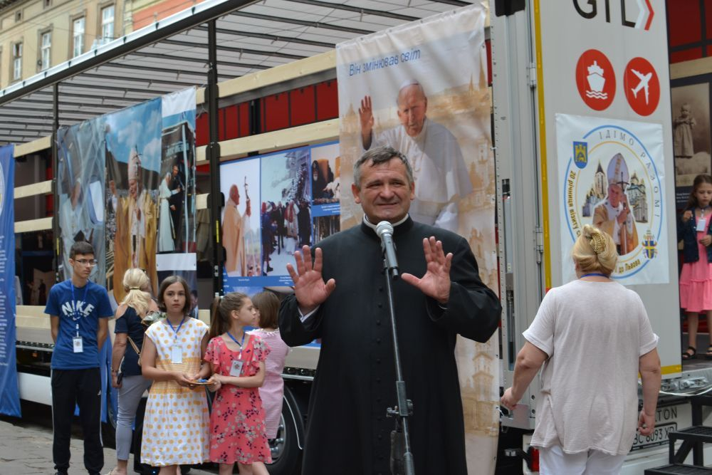 A unique mobile museum with personal belongings of St John Paul II opens in Lviv - фото 74631