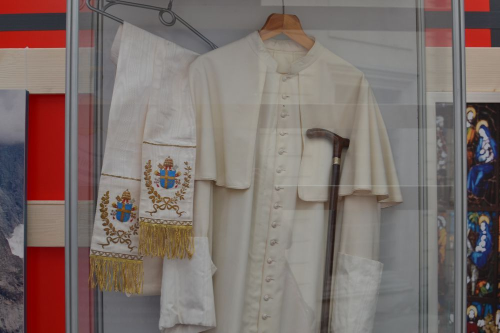 A unique mobile museum with personal belongings of St John Paul II opens in Lviv - фото 74632