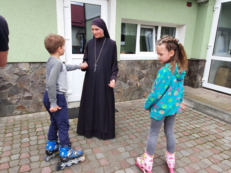 Містечко Милосердя: як Cестри Воплоченого Слова опікуються дітьми з кризових сімей (ФОТО) - фото 75364