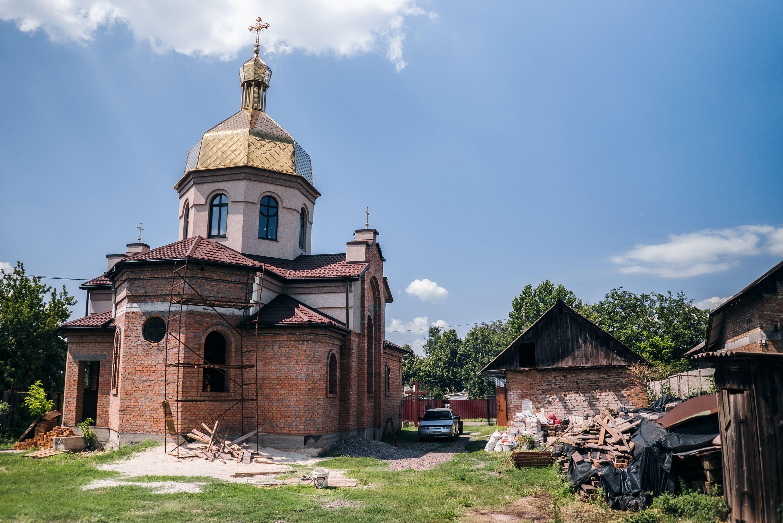 Нова церква та приміщення, де відбувались перші Служби (справа)